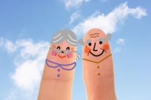 指にかかれたおばあちゃんとおじいちゃん
