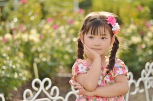 ガーデンで物思いにふける女の子