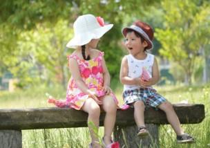 夏の講演で談笑する男の子と女の子