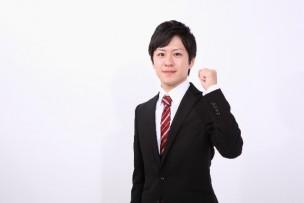 赤いネクタイのスーツ姿の若い男性