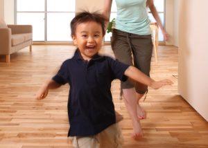 家の中を元気に走る男の子の写真