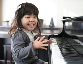 ピアノを楽しそうに弾く幼児の女の子