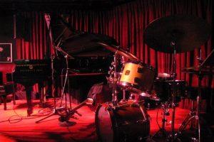 ステージのドラムとグランドピアノ