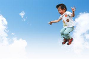 ジャンプする男の子の写真