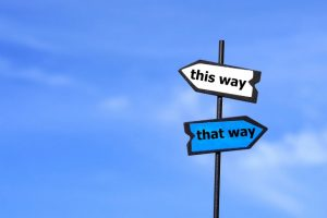 2つの方向を示す道路標識
