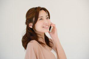 電話をかける若い女性の写真