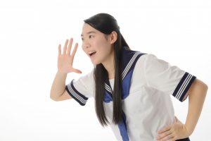 遠くに向かって叫ぶ女子中学生