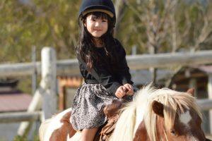 馬にまたがる女の子